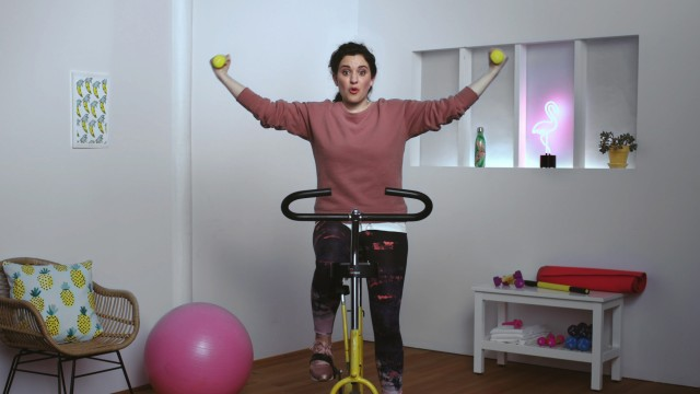 Young adult on a stationary bike (Virginie Fortin) in the publicity Jeunesse 2017 from Desjardins, directed by Yan Giroux with Alt productions